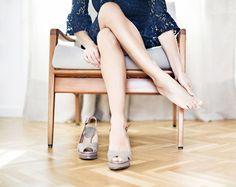 5 maneras para que tus zapatos de tacón sean más cómodos - A la hora de buscar estilo y elegancia, no hay nada mejor que un magnífico par de zapatos de tacón alto. Aunque los tacones hacen que tuspiernasse vean más largas y tu cuerpo se veamás delgado,también son dolorosos y más aún si no estás muy acostumbrada a llevarlos. Descubre algunas de las ma... #HTM #vivavive http://viv.mx/s