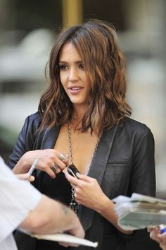 Jessica Alba long bob the fashion medley LOVE her hair.when I muster up the courage to cut it :) Lob Hairstyle, Pretty Hairstyles, Hairstyles 2016, Wedding Hairstyles, Wavy Hairstyles, Celebrity Hairstyles, Jessica Alba Hairstyles, Curly Lob Haircut, Stylish Hairstyles