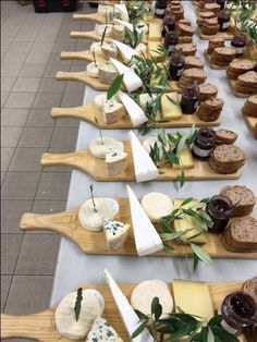 Perfect for a business lunch catering. Present as a plated event. Sandwich, bowl of soup, salad etc. Or nachos, steak and twice baked potatoes. Party Food Platters, Cheese Platters, Party Food Buffet, Charcuterie And Cheese Board, Cheese Boards, Grazing Tables, Snacks Für Party, Food Presentation, Breakfast Presentation