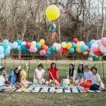 Fiesta baby shower con globos al aire libre