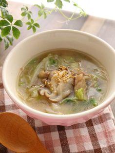 お好みで麺を入れてもいいんですが(笑)白菜をざくざく食べる感じのスープです。    これから白菜が冷蔵庫にあることも増えてくるのではないでしょうか?大量にあるときなどにぜひ。    あっさりだけど肉も入ってコクもある。隠し味は最後に加えるオイスターソース。    ご飯のおともはもちろん、夜食にもお勧めです。(肉なしでも美味しいです)
