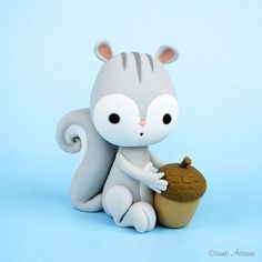 Kawaii Cute Squirrel with Acorn fondant / polymer clay tutorial Polymer Clay Figures, Cute Polymer Clay, Polymer Clay Animals, Cute Clay, Fondant Figures, Polymer Clay Projects, Polymer Clay Creations, Cake Topper Tutorial, Fondant Tutorial