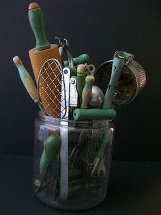 Cool Kitchen Gadgets - Walnut Vine: vintage green handled kitchen utensils, my collection Look Vintage, Vintage Green, Vintage Decor, Vintage Antiques, Vintage Items, Vintage Tools, Vintage Jars, Primitive Kitchen, Old Kitchen