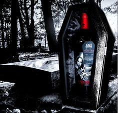 Ozzy Osbourne lança vinho com formato de caixão - O cantor Ozzy Osbourne lança no próximo dia 21 de agosto o vinho tinto Solar Red,