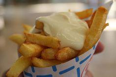 Friet met mayonaise.