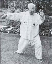 Yang Style master and nephew of Yang Cheng Fu, Fu Zhong Wen. He demonstrates Single Whip at the age of 91.