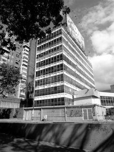 Se termina la construcción de Edificio Sede de la Camara de Comercio de Caracas, ubicado en la Urbanización Los Caobos, diseñado por el arquitecto Julio Volante. El edificio de oficinas tiene planta baja de sercivios,  8 pisos tipo y un sotano con un hermoso auditorio. Las fachadas Norte, Este y Sur fueron construidas con un muro cortina de aluminio, vidrio y laminas metálicas en su parte baja.