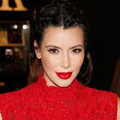 Make e cabelo de Kim Kardashian em evento.