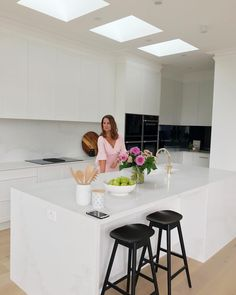 amazing modern kitchen design ideas you will love 30 Diy Kitchen Decor, Kitchen Styling, Kitchen Interior, New Kitchen, Nordic Kitchen, Kitchen Splashback Tiles, Hamptons Kitchen, Kitchen Colour Schemes, Contemporary Kitchen Design