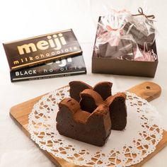 「とろける口溶け 生チョコ風ガトーショコラ」の作り方を簡単で分かりやすい料理動画で紹介しています。とっても濃厚で口溶けが絶妙な、まるで生チョコのようなガトーショコラのレシピです。材料も少なく、混ぜるだけで作れる簡単なレシピなのに本格的な仕上がりです。ラッピングをしたらプレゼントにぴったり。誰にあげても喜ばれること間違いなしです。ぜひ作ってみてくださいね。