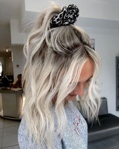 white blone color is trendy color for hair.It is very popular.We collected about 20 styles for girls if you are looking for white color hairstyle. styles blonde 20 trendy white blone color hair styles make you stylish in 2020 Short Platinum Blonde Hair, Bright Blonde Hair, White Blonde Hair, Blonde Hair Looks, Platinum Blonde Balayage, Blond Pony, Blonde Roots, Bleach Blonde Hair With Roots, Blonde Hair Natural Roots