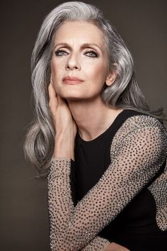 Makeup Hacks Online – Hair and beauty tips, tricks and tutorials Long Gray Hair, Silver Grey Hair, Daniel Golz, Pelo Color Plata, Grey Hair Looks, Silver Haired Beauties, Grey Hair Inspiration, Older Women Hairstyles, Ageless Beauty