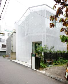Kazuyo Sejima from Sanaa Architects, designed this store in Minami Aoyama in Tokyo. The store called 'carinais childrens clothing store. Via olog-nifty VISIT KAZUYO S… Architecture Du Japon, Futuristic Architecture, Facade Architecture, Contemporary Architecture, Ancient Architecture, Sustainable Architecture, Landscape Architecture, Ryue Nishizawa, Ibaraki