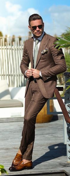 Suits are the ultimate fashion piece for men to get sharp look. How to opt for perfect shirt & suit combinations, here is a complete guide on it for men. Mens Fashion Blog, Fashion Mode, Fashion Night, Suit Fashion, Urban Fashion, Fall Fashion, Style Fashion, Fashion Shoes, Fashion Tips