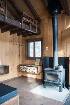 Dormir dans une cabane dans les arbres au Québec (Detour Local) -> Petit poêle à combustion lente au bois dans toutes leur cabanes sur pilotis www.detourlocal.com/dormir-dans-cabane-dans-les-arbres-au-quebec/