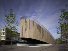 Built by René van Zuuk Architekten in Roosendaal, The Netherlands with date Images by Christian Richters. In 2001 the city of Roosendaal (a provincial town in the southwest of the Netherlands) decided to ban cars from the N. Wood Architecture, Contemporary Architecture, Amazing Architecture, Pavillion Design, Wooden Facade, Building Structure, Built Environment, Real Estate Marketing, Interior And Exterior