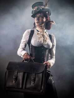 Top Gothic Fashion Tips To Keep You In Style. As trends change, and you age, be willing to alter your style so that you can always look your best. Consistently using good gothic fashion sense can help Steampunk Cosplay, Viktorianischer Steampunk, Steampunk Dress, Steampunk Design, Steampunk Clothing, Steampunk Fashion, Gothic Fashion, Victorian Fashion, Neo Victorian