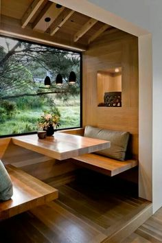 Egyszerű, modern étkezősarok, a fa alapanyagnak köszönhetően mégis barátságos :-)