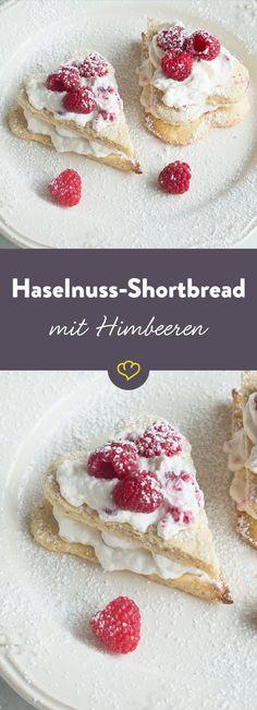 Ein Dessert, das einfach alles hat: knuspriger Keks trifft auf feine Creme und fruchtige Beeren. Und das alles schick gemacht in Herzform.