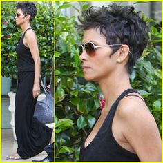 99 Modern Pixie Haircut Ideas For Summer Trends 2019 Halle Berry Short Hair, Short Dark Hair, Very Short Hair, Short Hair Cuts, Halle Berry Pixie, Halle Berry Haircut, Halle Berry Style, Undercut Hairstyles Women, Pixie Hairstyles