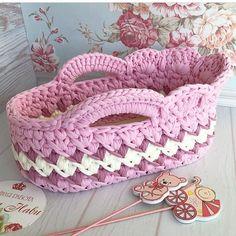 Нет описания фото. Crochet Basket Pattern, Baby Knitting Patterns, Crochet Patterns, Crochet Stitches, Knit Crochet, Baby Bassinet, Baby Nest, Knitted Bags, Crochet Projects