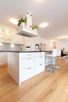weiße Eckküche mit vielen Fenstern und einem Zugang zum Garten Kitchen Island, Modern, House, Inspiration, Ideas, Home Decor, Flagstone, Home Kitchens, Dining Rooms