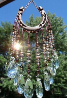 Outdoor DIY & Decor : Horseshoe sun catcher by WillowTreeLoft on Etsy -Read More –now I know what to do with all those horseshoesNo nudity or porn please just beautiful wind chimes.👍and sun catchers.These jumprings in the rain drop beads are a g Horseshoe Projects, Horseshoe Crafts, Horseshoe Art, Beaded Horseshoe, Horseshoe Decorations, Horseshoe Ideas, Carillons Diy, Fun Crafts, Diy And Crafts