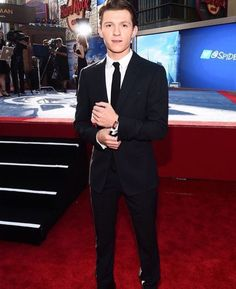 93b4c4254a72 Handsome hero  Tom Holland looked like a classic hero at the premiere of  Spider-Man  Homec.