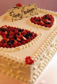 アーカンジェル迎賓館(名古屋)|結婚式場写真「★ウェディングケーキ★スクエアタイプのケーキは今一番人気!」 【みんなのウェディング】