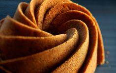 Omenainen kahvikakku 1. Voitele ja korppujauhota vuoka. Aseta uuni 175 asteeseen. Sekoita jauhot ja leivinjauhe keskenään.2. Vaahdota huoneenlämpöinen rasva, sokeri ja mausteet. Lisää munat yksitellen reippaasti vatkaten. Sekoita joukkoon omenamarmeladi ja jauhoseos. Kaada seos voideltuun ja korppujauhotettuun vuokaan.3. Paista kakku 175-asteisessa uunissa noin 45-60 minuuttia. Anna jäähtyä hieman ja kumoa. Sweet Pastries, Chocolate Caramels, Christmas Baking, Banana, Cookies, Fruit, Desserts, Food, Pound Cakes