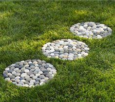 Steinweg im Garten anlegen - 14 inspirierende Ideen DIY Garden Yard Art When growing your own lawn y Garden Stones, Garden Paths, Garden Art, Garden Paving, Concrete Garden, Backyard Projects, Garden Projects, Diy Projects, Stepping Stone Pathway
