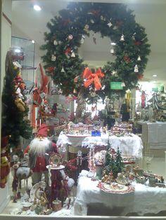 Vetrina di Natale Christmas Window Display, Christmas Wreaths, Christmas Tree, Merchandising Displays, Holiday Decor, Home Decor, Teal Christmas Tree, Decoration Home, Room Decor