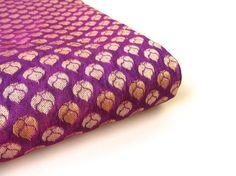 Kleine gouden bloem op diep paarse India zijde India door SilksByUmf