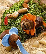 Tiere im Zoo aus Kastanien basteln Basteln Sie mit Kastanien und Eicheln doch diese tollen Tiere im Zoo: Löwe, Elefant, Schlange, Giraffe und sogar einen Vogel Strauß. Die Bastelanleitung gibt's hier.