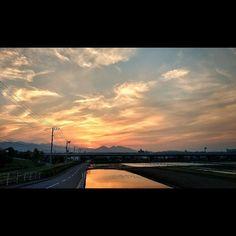 今日は朝焼けが見られて夕焼けも見られました 田んぼにすべて水が入っていたら最高だったりけど贅沢は言えない today's sunset #landscape #sunset #reflection #paddyfield #motozplay #風景 #夕焼け #茜空 #田んぼ #映り込み