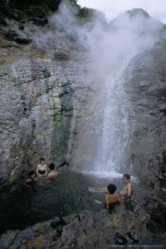 【カムイワッカの滝】知床を代表する秘湯、天然の大温泉。温泉自体が川となって滝となり数十の滝壺を作りながらオホーツク海に流れ込む。その滝壺全部が自然の大浴槽になっている。酸の強い泉質のため、皮膚の薄いところはピリピリする。シーズン中は国道からバスに乗らないといくことができない。
