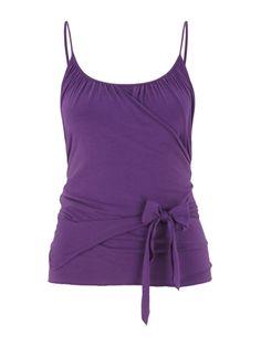 Figurbetontes Yoga-Wickelshirt aus Lyocell, Bio-Baumwolle und Elasthan von Mandala. Perfekt zum Yoga, Pilates und co.