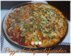 Pizza sem glúten, sem lactose e sem ovo (a massa é vegana). Melhor de tudo: prática de fazer, você vai colocar todos os ingredientes no liquidificador e levar para assar.