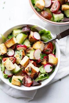 Dieser Brezensalat mit Honig-Senf-Dressing ist der perfekte Frühlingssalat! Das 10-Zutaten Rezept ist schnell, einfach, frisch und sättigend. - Kochkarussell.com