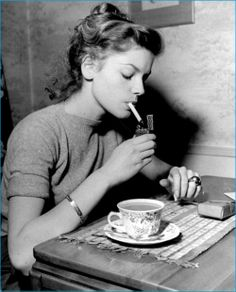 The home of Lauren Bacall & Humphrey Bogart. via Architectural Digest's Hollywood at Home. Lauren Bacall, Classic Hollywood, Old Hollywood, Hollywood Cinema, Hollywood Icons, Hollywood Glamour, Bogie And Bacall, Coffee And Cigarettes, Girls Smoking Cigarettes
