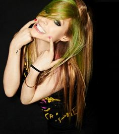 》avril lavigne..green hair :)
