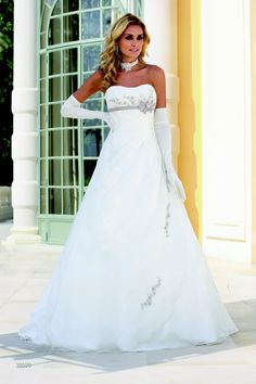 Wedding dresses by Ladybird Bridal are stylish, affordable and have the perfect fit. Also plussize sizes, vintage and bohemian bridal wedding dresses! Weeding Dress, Cute Wedding Dress, Colored Wedding Dresses, Bridal Wedding Dresses, Dream Wedding Dresses, Bridesmaid Dresses, Wedding Dress Accessories, Beautiful Gowns, Pretty Dresses
