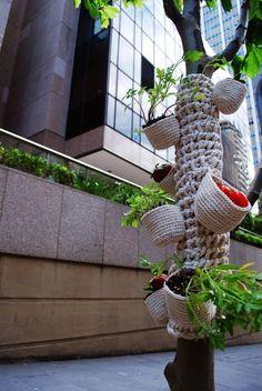 Yarn bombing meets guerrilla gardening, LOVE THIS! Knit Art, Crochet Art, Crochet Home, Knit Or Crochet, Freeform Crochet, Crochet Things, Guerilla Knitting, Urbane Kunst, Tree Art