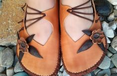 Handmade Leather Shoes, Leather Craft, Viking Shoes, Shoe Crafts, Barefoot Shoes, Leather Projects, Leather Working, Summer Shoes, Footwear