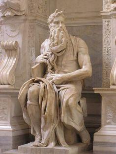 """MIGUEL ÁNGEL: """"Moisés"""".  Figura central de la tumba de Julio II en San Pietro in Vincoli, es la única de las ideadas para el mausoleo original que forma parte de la tumba final. En ella Miguel Ángel da rienda suelta a su """"Terribilitá"""" para mostrar una poderosa figura."""