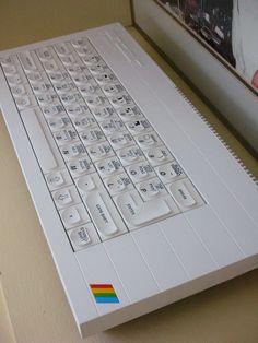 Anda la hostia, un ZX Spectrum blanco. Este debe ser para maqueros rebeldes ;-)