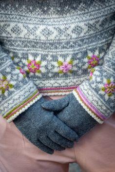 Grått i Setesdal   Garnpakker med strikkeoppskrifter fra Sidsel J. Høivik Fair Isle Knitting Patterns, Knitting Paterns, Knitting Designs, Free Knitting, Crochet Patterns, Single Crochet Stitch, Double Crochet, Knit Crochet, Style Norvégien