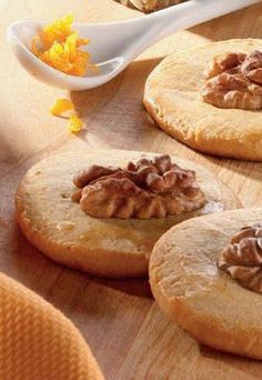 Englische Orangenwalnusscookies - Gesunde Plätzchen  - Der Teig für die Cookies muss lange im Kühlschrank ruhen. Bereiten Sie ihn deshalb am besten am Vortag zu. Zutaten: 250 g Butter 200 g Blütenhonig 2 Eier 300 g Weizen, frisch...