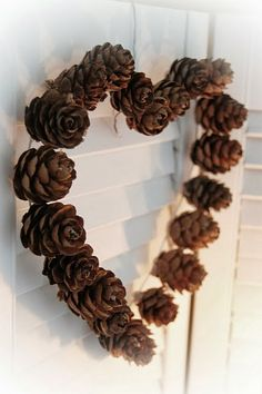 DIY how to make a pine cone wreath ideas! Create fabulous wreaths using the freshly cut pine cones, a decorative craft idea for this holiday season. Winter Christmas, Christmas Time, Christmas Wreaths, Christmas Decorations, Xmas, Diy Décoration, Diy Crafts, Navidad Natural, Deco Nature