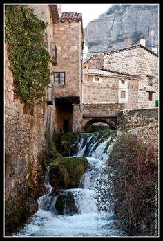 Orbaneja del Castillo,Burgos, Castilla y León (España) Beautiful Sites, Beautiful Places, Peru, Real Castles, Medieval Town, Secret Places, Places Of Interest, What A Wonderful World, Spain Travel